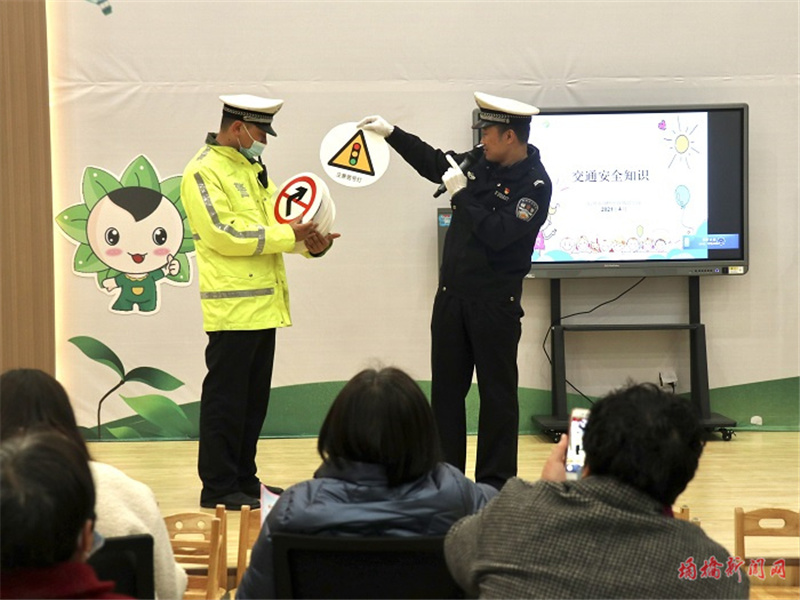 交通宣传进校园 安全出行伴童年.jpg